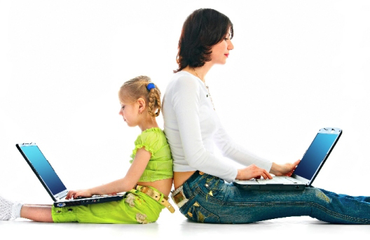 Una mare i una filla mirant el portàtil