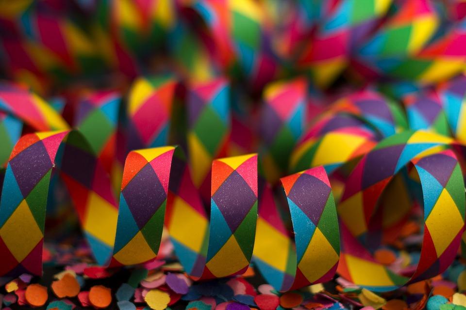 Serpentines i confetis de colors