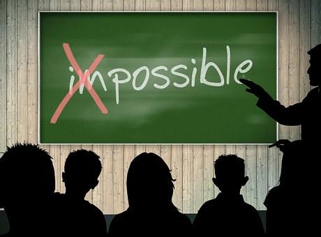 Pissarra on apareix la paraula impossible i tatxat el prefix im