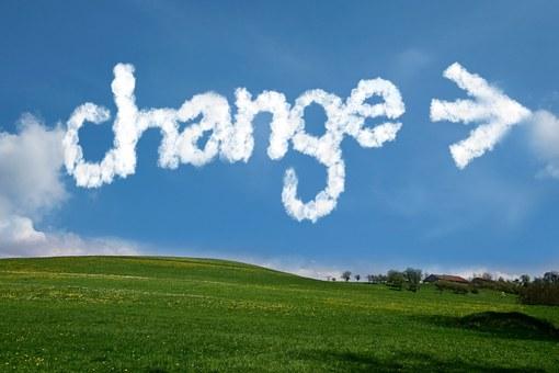 """Cel amb la paraula """"change"""" feta amb núvols"""
