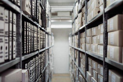 Passadis amb estanteries plenes de caixes d'arxiu