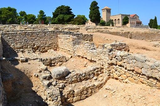 Ruïnes d'Empúries i es veu el museu al fons