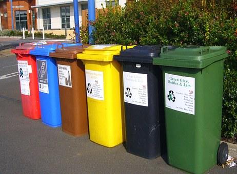 Cubell d'escombraries de colors per reciclar
