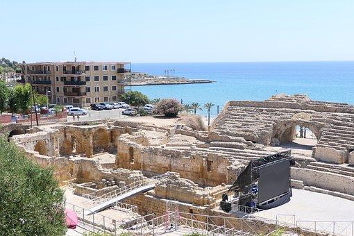Ruines de l'amfiteatre romà de Tarragona al costat d'edificis