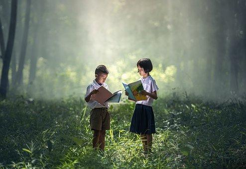 Dos nens llegint enmig d'un bosc oníric