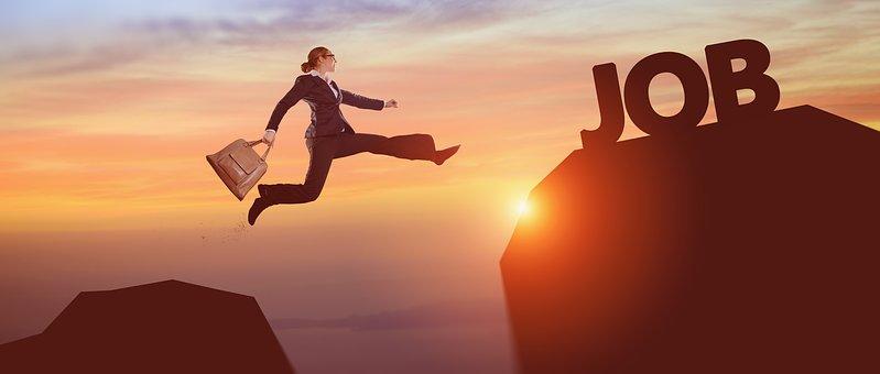 Una persona que salta per arribar a una muntanya on hi ha la paraula JOB