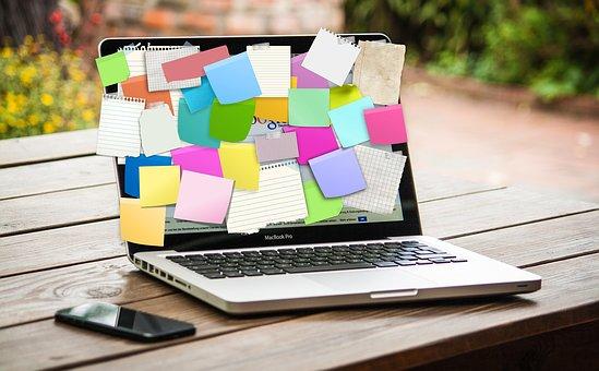 Paparets de colors per anotar idees en la pantalla de l'ordinador