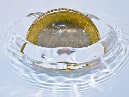 Moneda d'un euro emergint de l'aigua