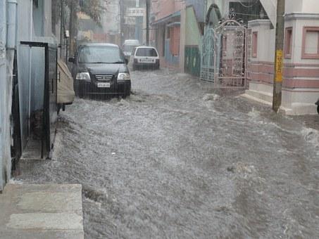 Un carrer inundat per la pluja