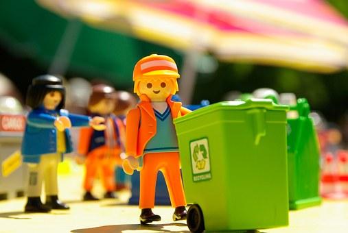 Nino traginant un contenidors d'escombraries