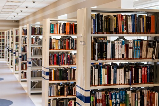 Estanteries plenes de llibres d'una biblioteca