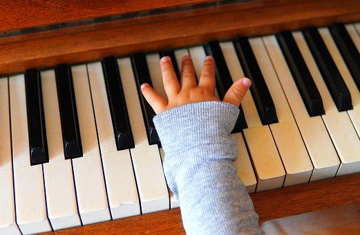 Una mà petita tocant el piano