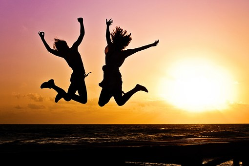 Dues joves saltant