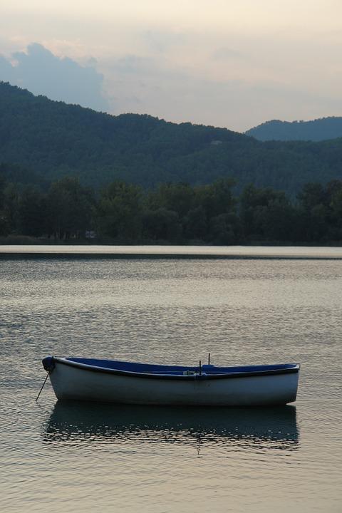 Barca surant en un embassamet