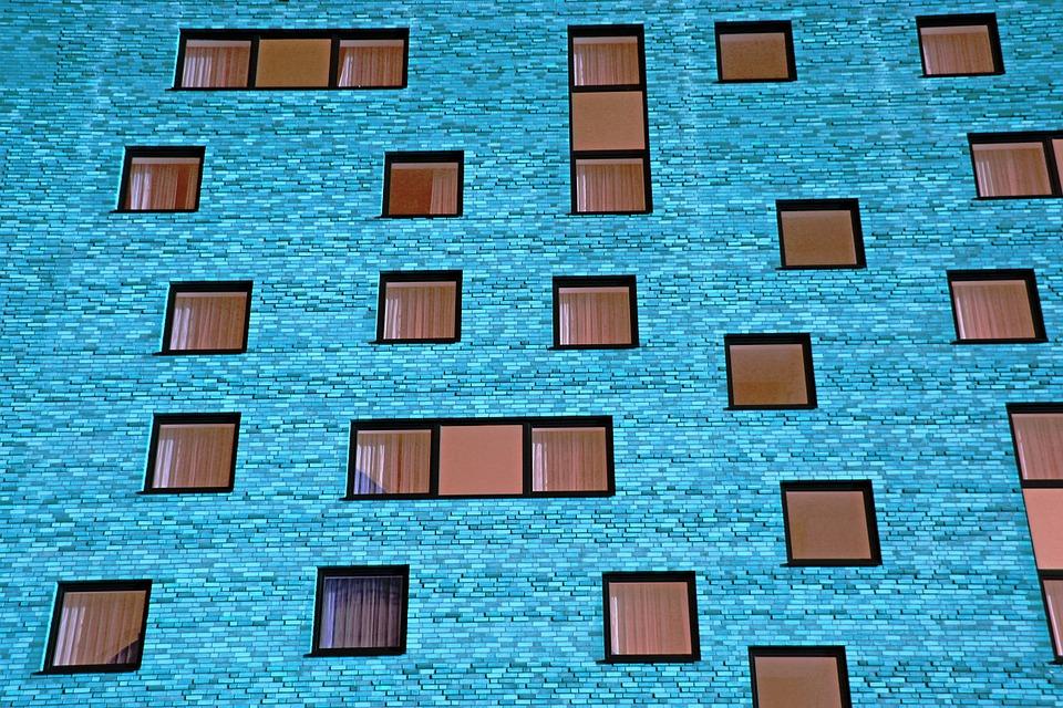 Finestres en un bloc de pisos