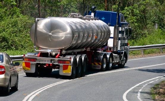 Camió cisterna circulant per una carretera