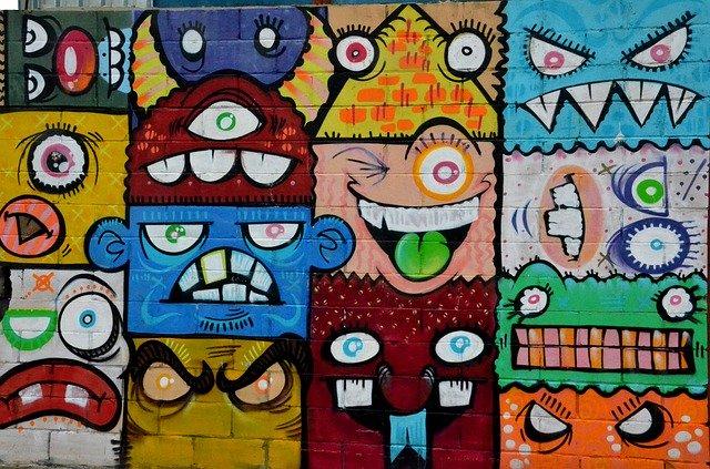 Pintada al carrer amb cares de gent jove
