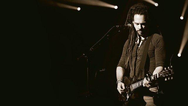 Intèrpret cantant i tocant la guitarra