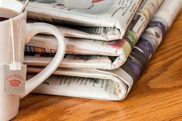 Diversos diaris al costat d'una tassa de te