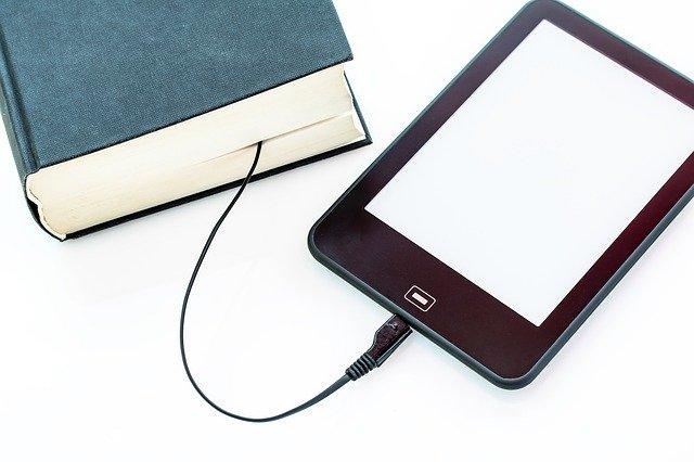 Un llibre endollat a un mòbil