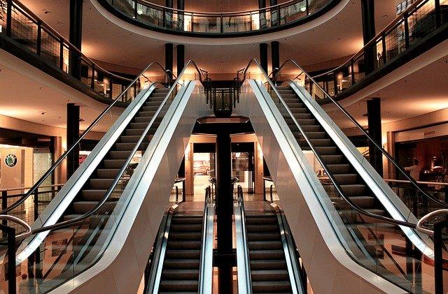 Àmplies escales mecàniques en un centre comercial