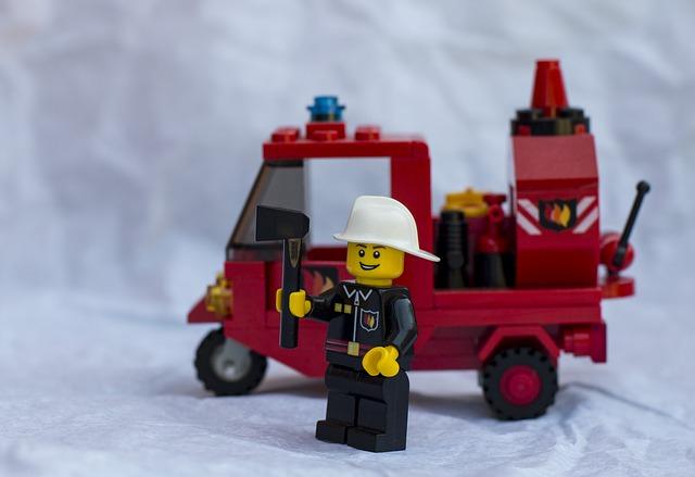 Un camió de bomber de Lego i un bomber al costat