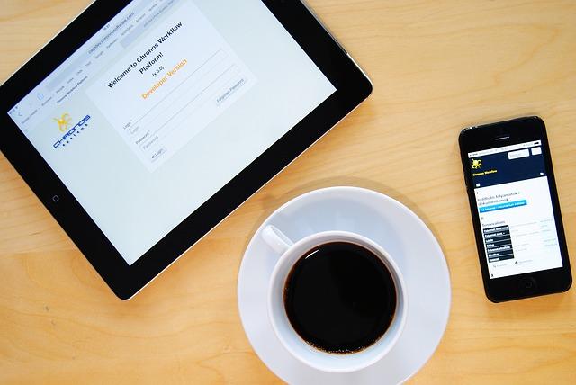 Una tauleta un mòbil i una tassa de cafè