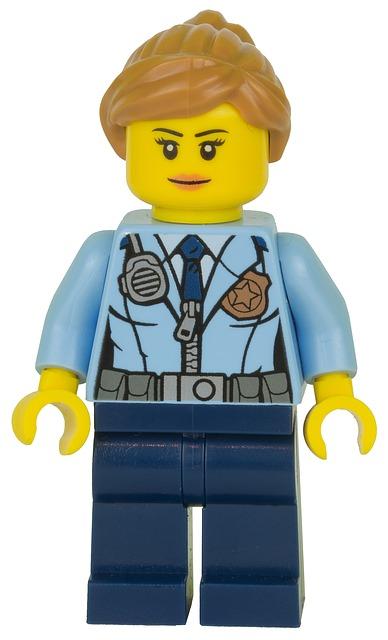 Una nina lego policia