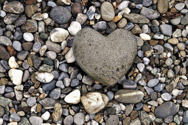 Pedres reciclades i en mig una pedra en forma de cor