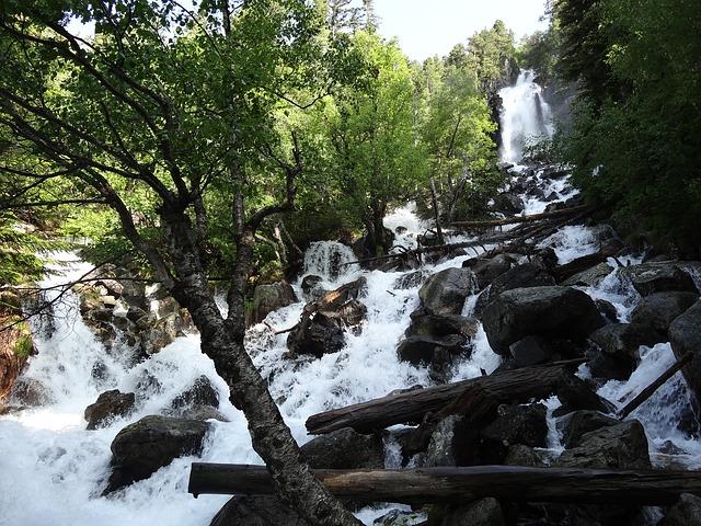 Aigua baixant per una muntanya