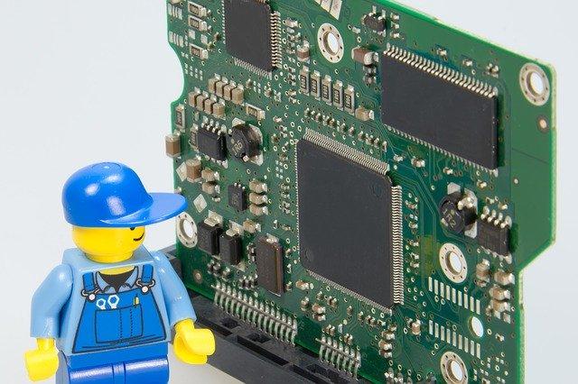 Un lego mecànic arrenjant un placa informàtica