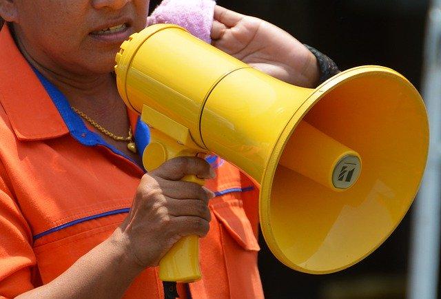 Una persona amb un megàfon groc