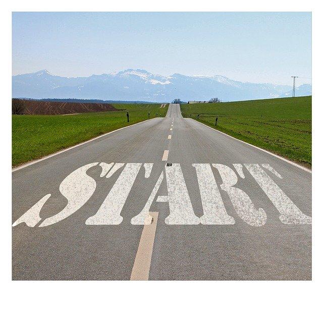 Carretera infinita amb la paraula START impresa en blanc