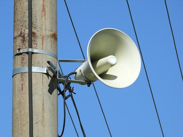 Un megàfon penjat a un pal de la llum