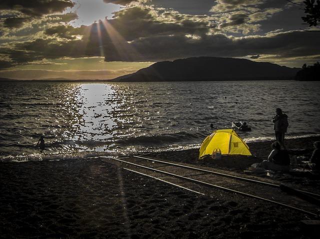 Una tenda acampada a la vora d'un llac