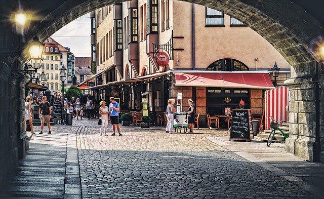 Un carrer comercial del nucli antic d'una ciutat