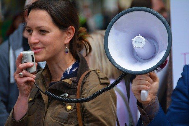Noia parlant amb un megàfon