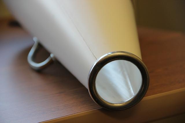 Megàfon damunt d'una taula de fusta