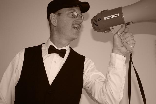 Un senyor dona ordres amb un megàfon