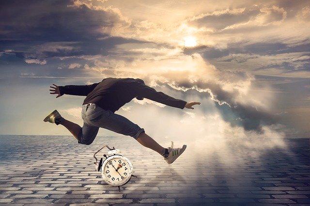 Una persona que salta per damunt d'un despertador