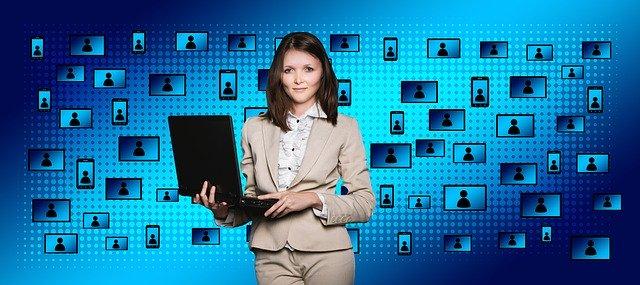 Una noia amb un ordinador i darrera requadres amb persones