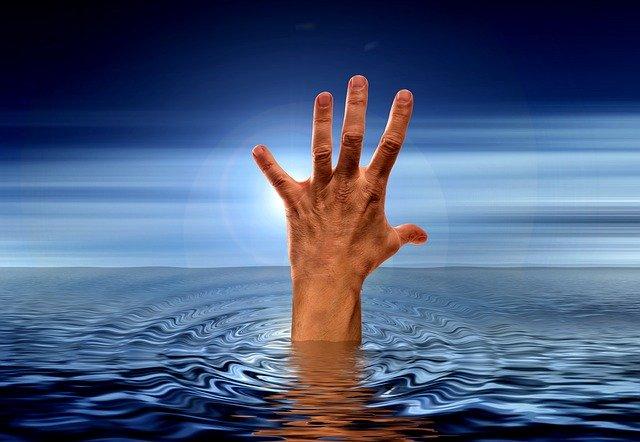 Una mà que surt del mar