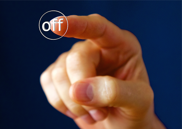 Una mà prement un botó d'apagada