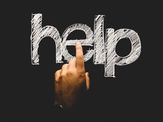 """La paraula """"help"""" amb un dit prement-la"""