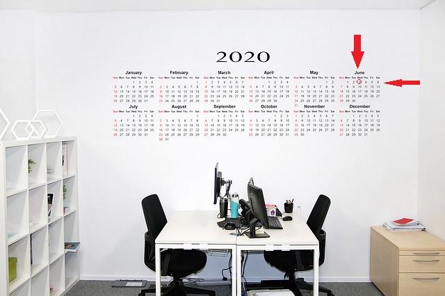 Una oficina amb un calendari al fons de l'any 2020. Assenyalat el 3 de juny