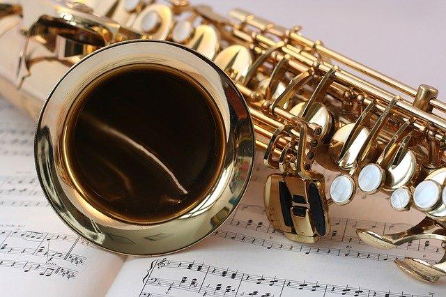 Saxòfon sobre una partitura musical