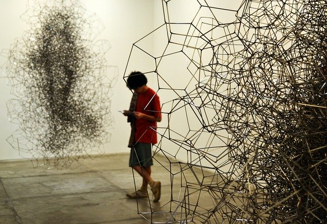 Persona veient una exposició d'art en un museu