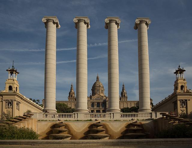 Darrera de les 4 columnes dòriques el Museu Nacional d'Art de Catalunya