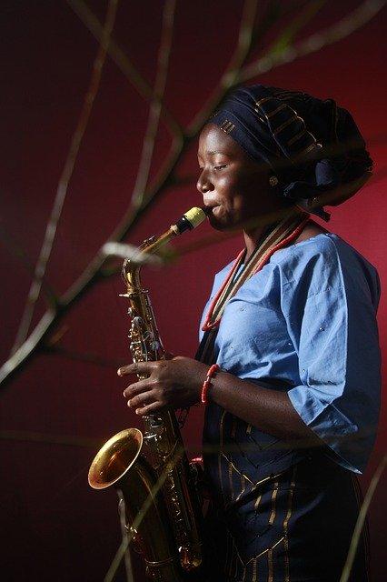 Artista jove tocant el saxòfon