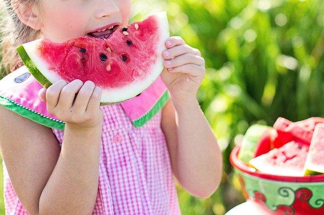 Una nena menjant síndria
